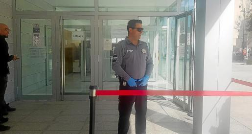 El personal de seguridad ha adoptado medidas profilácticas y se encargaba ayer de triar el acceso de usuarios y operadores.