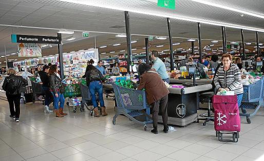 La afluencia de público en los supermercados fue constante durante todo el día de ayer.