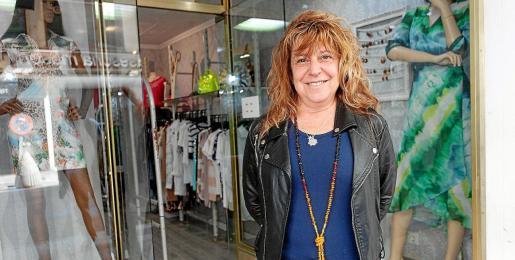 Lina se plantea cerrar su tienda de ropa por el descenso de las ventas en la calle Bisbe Abad i Lasierra.