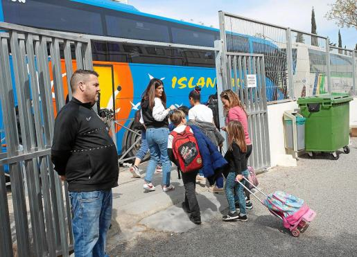 Alumnos del CEIP Sa Blanca Dona salen del centro acompañados por sus padres.