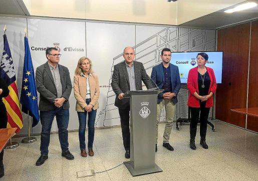 El presidente del Consell d'Eivissa ayer, junto a alcaldes y concejales de los distintos municipios.