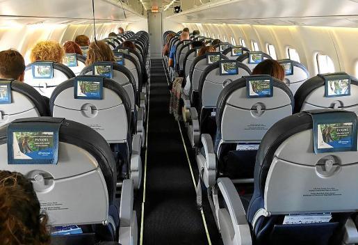 Imagen de un vuelo de Ibiza a Palma ayer por la mañana, prácticamente vacío.