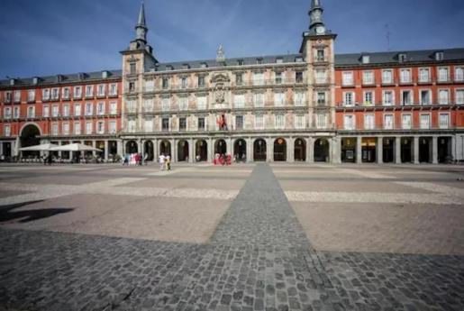 Pocos turistas en la Plaza Mayor de Madrid.
