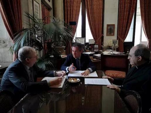 Arzobispo alcalde y presidente de las cofradías de Sevilla en reunión este sábado.