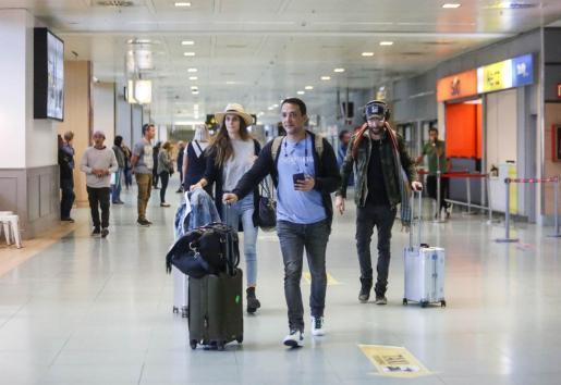 Varios viajeros a su llegada al aeropuerto de Ibiza el pasado viernes.