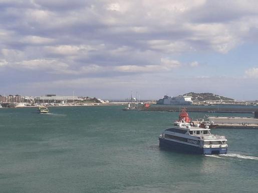 Dos barcos zarpan hacia Formentera a la misma hora semivacíos.