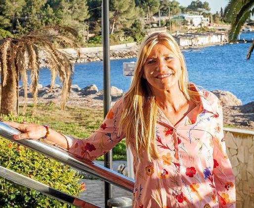 Ana Lledó, con la bahía de Talamanca al fondo.