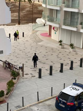 Una patrulla de la policía informa a un hombre.