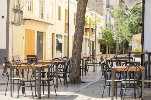 Imagen de una terraza vacía ayer en el centro de Vila.