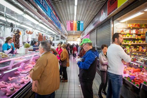 Gente comprando en Es Mercat, en Ibiza.