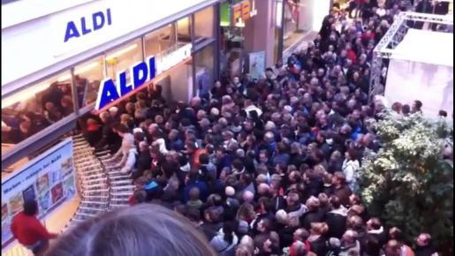 La cola para entrar a un Aldi que se ha viralizado en las redes corresponde a un supermercado en la ciudad alemana de Kiel en 2011.