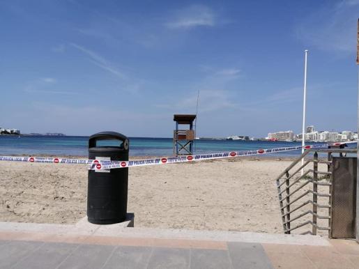 Una playa de Sant Antoni cerrada al público.