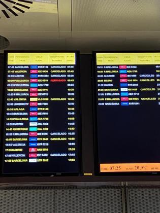 Panel informativo de los vuelos que llegan al aeropuerto de Ibiza.