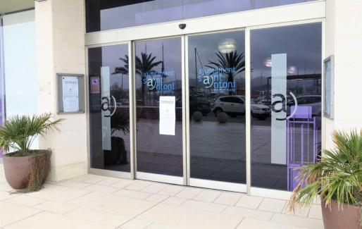 El Ayuntamiento de Sant Antoni ha puesto el cartel de 'cerrado' en la puerta para prevenir el contagio del COVID-19.