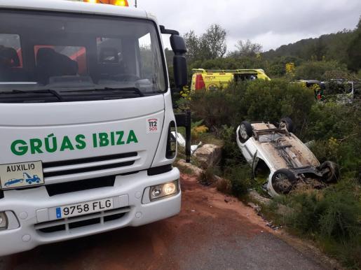 Imagen del vehículo accidentado en la carretera que una Santa Gertrudis y Sant Llorenç