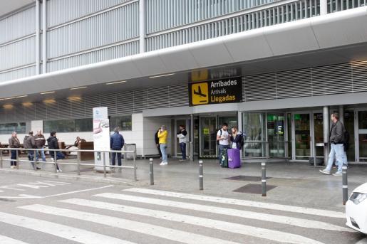 Puerta de llegadas del aeropuerto de Sant Jordi