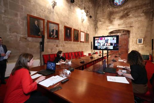 Un momento de la videoconferencia entre Francina Armengol, Fina Santiago y Rosario Sánchez con los representantes de los bancos de Baleares.