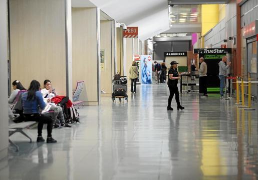Imagen del aeropuerto, ayer, con mucha menos gente de lo que es habitual.