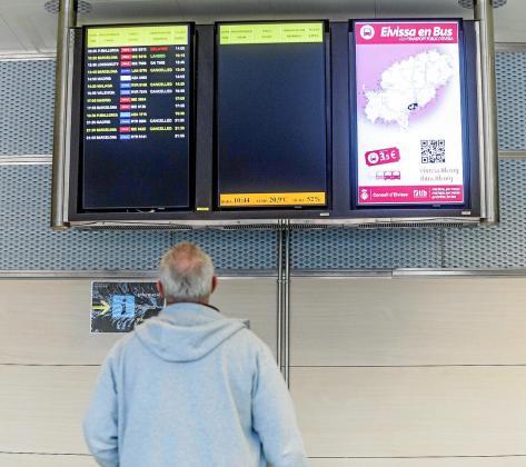 Un pasajero, observando ayer las pantallas de vuelos, muchos de ellos cancelados.