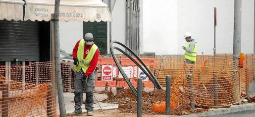 Los obreros trabajan, algunos sin mantener la distancia de seguridad, durante la mañana de ayer.