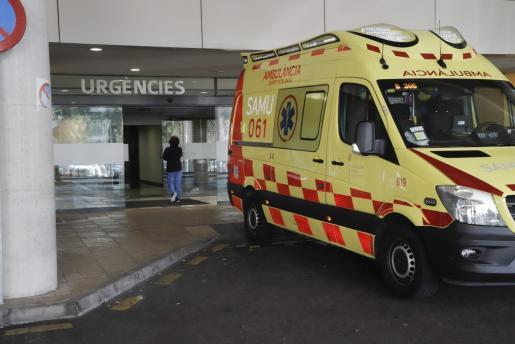 Una ambulancia del 061 en Son Espases.