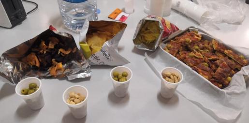 Los vecinos llevan comida para que los sanitarios puedan cargar fuerzas