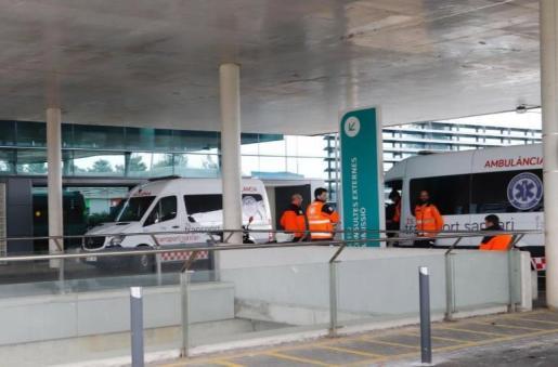 Ambulancias en el exterior del hospital de Son Espases.