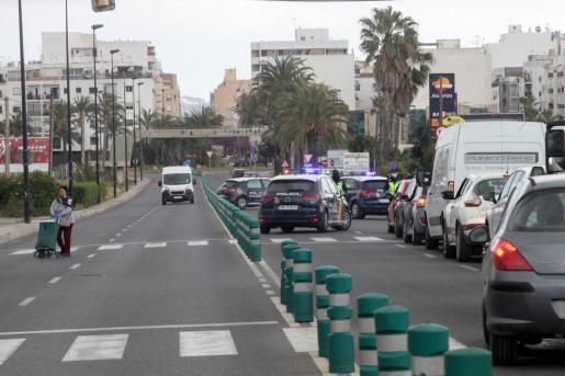 CONTROLES POLICIALES.La estampa ayer por la mañana en la Avinguda d'Ignasi Wallis, prácticamente vacía y con controles policiales, era muy similar a la de otras calles de la isla.