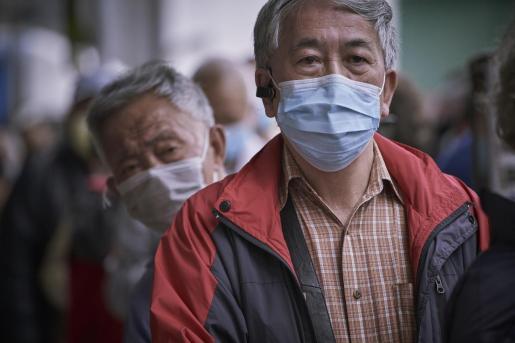 Dos ciudadanos chinos con mascarilla.