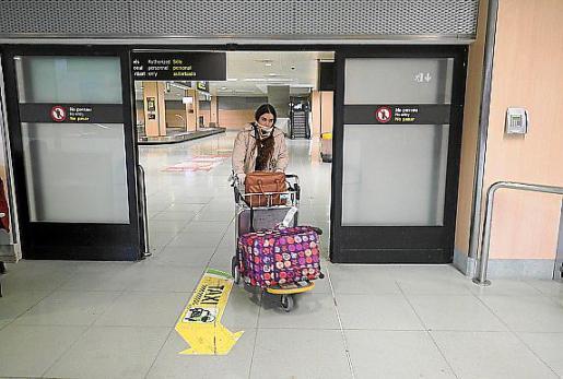 En un goteo constante de personas, las puertas de la terminal se iban abriendo. Salían mujeres, hombres, altos y bajos, pero la inmensa mayoría tenía algo en común. Lucían mascarilla en sus caras y guantes en las manos. La preocupación por el coronavirus es grande y toda precaución es poca.