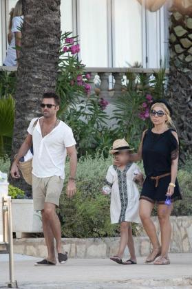 Marta Sánchez y Hugo Castejón junto a la hija de la cantante, el pasado verano en Eivissa.