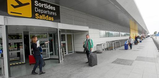 Los últimos turistas del Imserso durante su acceso al aeropuerto para regresar a sus casas.
