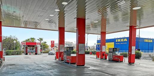 Una imagen de una gasolinera de Vila, prácticamente desierta y con un solo vehículo accediendo a ella en la tarde de ayer domingo.