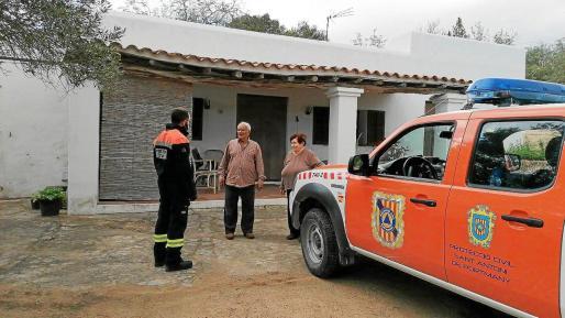 Una patrulla de Protección Civil de Sant Antoni visita a unos vecinos.