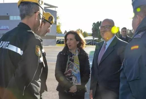 La ministra de Defensa, Margarita Robles, junto a miembros de la Unidad Militar de Emergencias (UME) - MINISTERIO DE DEFENSA - Archivo
