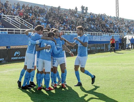 Los jugadores de la UD Ibiza celebran un gol durante un encuentro.