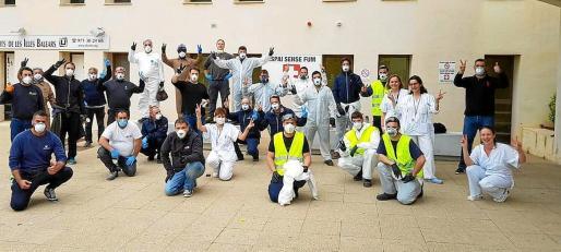 Imagen de los voluntarios de distintas empresas y del hospital que colaboraron ayer en el acondicionamiento del edificio J del Hospital Can Misses de Ibiza.