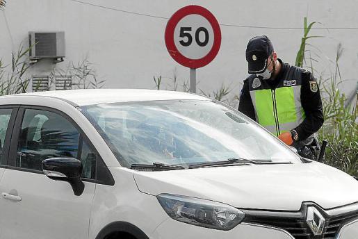 Centenares de denuncias. Los diferentes operativos policiales desplegados por la isla se están saldando con un centenar de denunciados al día por infringir las medidas.