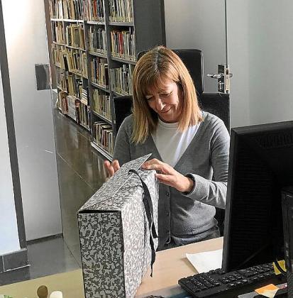 Pilar Ibáñez trabajando en el Arxiu Històric d'Eivissa en la sede de Can Botino.