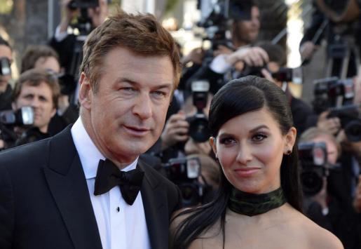 El actor estadounidense Alec Baldwin (i) e Hilaria Thomas (d) posan para los medios en la última edición del festival de Cannes.
