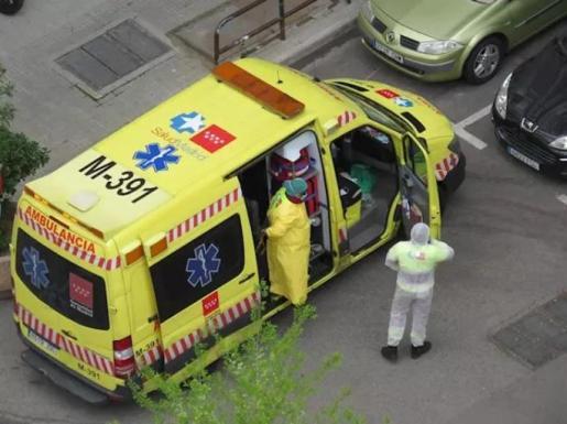 Médicos en una ambulancia durante la crisis del coronavirus - EUROPA PRESS