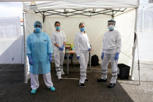 Sanitarios en el punto fijo instalado en Can Misses para detectar el coronavirus.