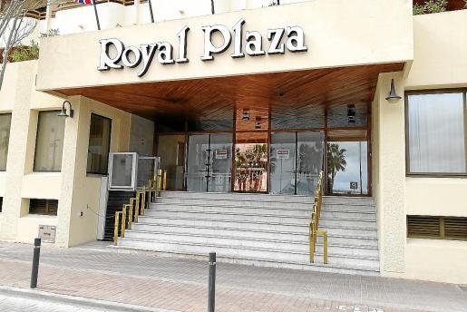 Imagen de la fachada del hotel Royal Plaza, que permanece cerrado en la actualidad.