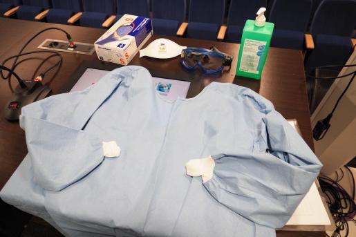 Material sanitario durante una sesión formativa en Can Misses.