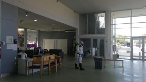 Un operario durante la desinfección de la residencia.