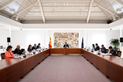 Fotografía facilitada por el gabinete de prensa del Gobierno que muestra al presidente Pedro Sánchez durante la reunión del comité de gestión técnico del coronavirus en el Palacio de la Moncloa.