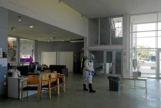 Santa Eulària está realizando una campaña de limpieza y desinfección en la residencia de Can Blai.