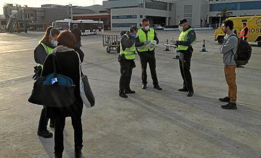 La Guardia Civil durante los controles a pie de pista en el aeropuerto de Ibiza.