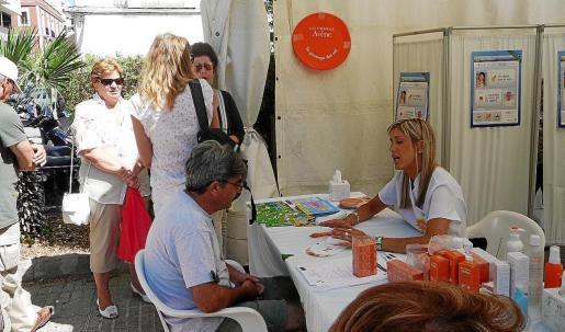 Varias personas aguardando para ser atendidas por el dermatólogo en la carpa instalada ayer en Vara de Rey.