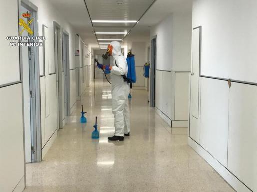 Esta imagen facilitada por la Guardia Civil corresponde a la desinfección de las instalaciones hospitalarias de Cuidados Intensivos, zonas comunes con pacientes con coronavirus y dependencias del personal de la misma planta.